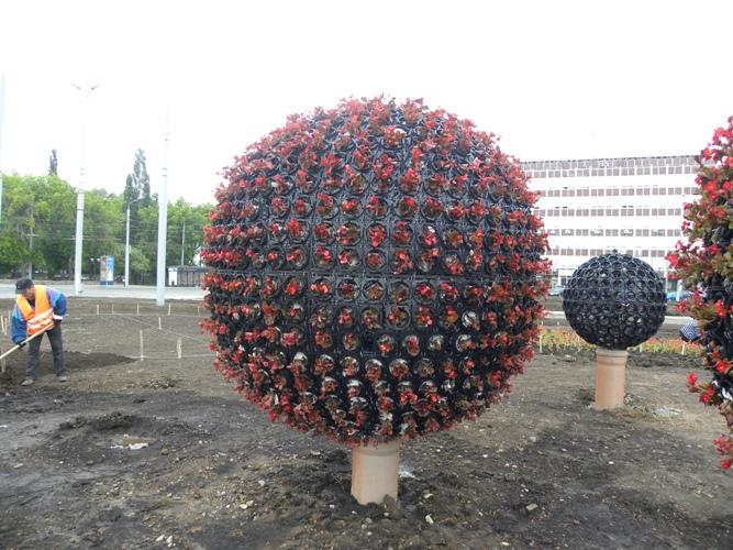 Как сделать шар из цветов на клумбе