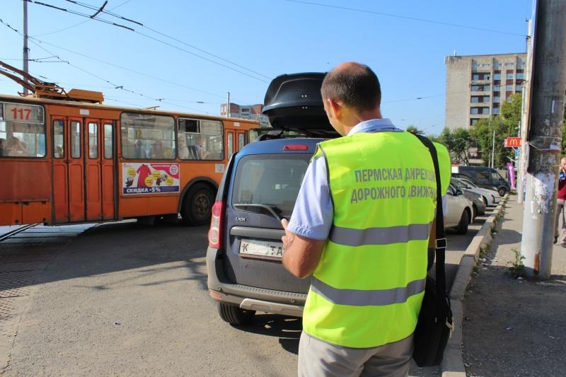 У пешего патрульного, следящего за парковками в Перми, появился портативный фотофиксатор
