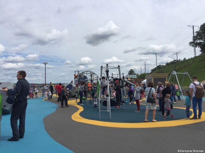 На городской набережной появились сразу две новые детские площадки