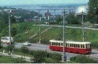 Поезд КТМ+КТП-2 на Северной дамбе, слева - панорама центра города. Начало семидесятых годов.